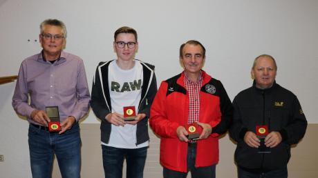 Für herausragende Leistungen bei den bayerischen und deutschen Meisterschaften sowie bei der Europameisterschaft erhielten (von links) Josef Wegscheider, Tobias Gsöll, Wilhelm Hämmerle und Siegfried Jungwirth von den Singoldschützen Großaitingen die Sportplakette in Gold überreicht.