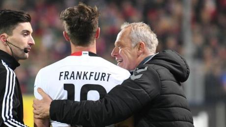 David Abraham (l) nach dessen Roter Karte mit Freiburg-Coach Christian Streich.