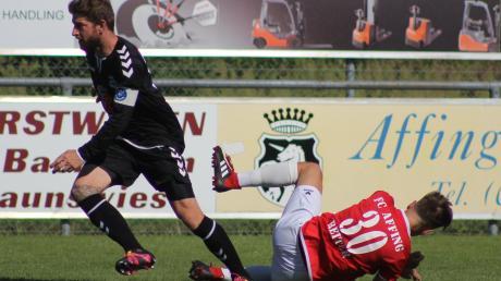 Auch wenn in dieser Szene Affings Stefan Reiter gegen Ecknachs Manfred Glas zu Boden geht, so hatte der FCA im Hinspiel am Ende das bessere Ende für sich. Aktuell steht der VfL aber deutlich besser da, als die zuletzt so arg gebeutelte ´Mannschaft von der Frechholzhauser Straße.