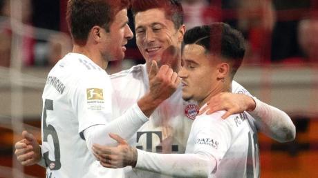 Die Münchner Thomas Müller (l), Philippe Coutinho (r) und Robert Lewandowski feiern das 4:0.