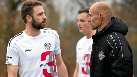 TSV-Trainer Sven Kresin und seine Spieler haben nach der Niederlagenserie einiges zu besprechen.