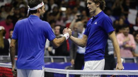 Zogen in Mexiko die Massen an: Roger Federer (l) und Alexander Zverev.