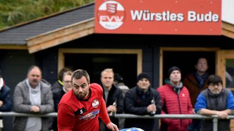 Es ging nur mit Kampf gegen die spielerisch bessere Mannschaft aus Obenhausen: Hier behauptet der Weißenhorner Sturmführer Martin Widmer den Ball gegen Tim Hübsch.