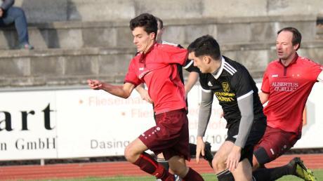 War nur selten zu bremsen – Dasings Angreifer Fabio Gastl (links). Am Ende musste er sich aber ebenso wie sein Teamkollege Jörg Marquart mit einem 1:1 gegen Untermaxfeld begnügen.