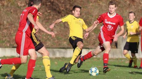 Da nutzte aller Einsatz nichts: Der TSV Kammlach (gelb-schwarz) musste sich mit einem 2:2 begnügen und büßte dadurch die Tabellenführung ein.