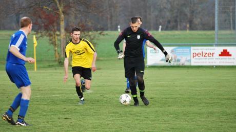 Selbst außerhalb seines Strafraums machte Pfaffenhausens Keeper Simon Schaule eine gute Figur. Die knappe Niederlage seines TSV Pfaaffenhausen i beim SV Schlingen konnte er aber dennoch nicht verhindern.