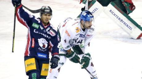 Ein Bild mit Symbolcharakter: Austin Ortega von den Eisbären Berlin bejubelt das 2:0, während Henry Haase und Markus Keller ernüchtert sind.