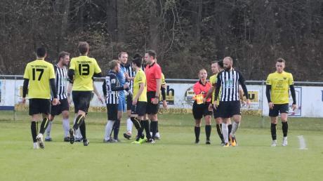 Finale furioso im Derby. Mit seiner ersten Aktion, einem Foul an Manuel Lippe, sah der gerade eben eingewechselte Emanouil Chouiloulidis die Rote Karte, die Schiedsrichter Hufnagel schon in der Hand hält.