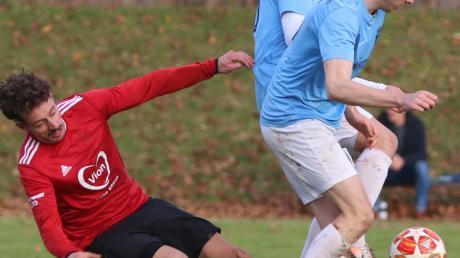 Kommt ein Gegner geflogen: Der FC Bad Wörishofen (blau-weiß) kam in einer hitzigen Partie gegen die Gäste aus Buchloe noch zu einem späten, letztlich aber verdienten 2:2-Unentschieden.