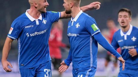 Lilien-Torschütze Tobias Kempe (M) stellte die Weichen auf Darmstadt-Sieg in Hannover.