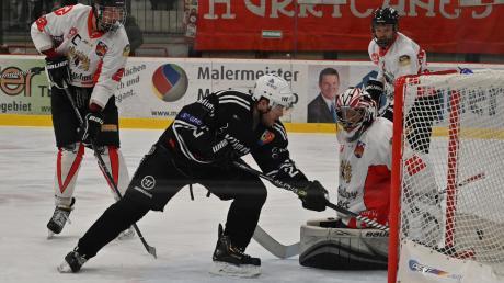 David Zachar (Mitte) konnte Fürstenfeldbrucks Torwart Valentin Mohr (rechts) zum 6:2 überwinden. Doch gerade zu Beginn der Partie hatte sich der ESV Burgau schwergetan gegen den Tabellenvorletzten.