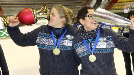 So schmeckt Erfolg: Die Kühbacherinnen Regina Gilg (links) und Veronika Filgertshofer feiern den Sieg beim Europacup. Dabei werden die Pokale zweckentfremdet.