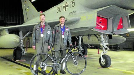 Alexander Müller und Sven Kirsten auf dem Flugplatz in Zell vor einem Eurofighter. Sie waren bei den Military World Games erfolgreich.