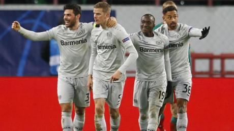 Leverkusen darf auch dank Sven Bender (2.v.l) im Europapokal überwintern.