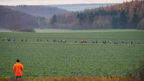 Bunte Tupfer in der herbstlichen Landschaft: der Tross der Läufer in der Umgebung von Mönchsdeggingen.