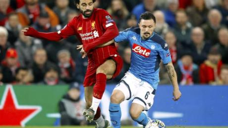 Liverpools Mohamed Salah (l) und Mario Rui aus Neapel kämpfen um den Ball.