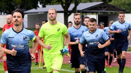 Im Hinspiel im August dieses Jahres führte Lukas Kögel (links) die Mannschaft des TSV Neu-Ulm noch als Kapitän auf das Feld. Inzwischen hat er das Traineramt übernommen.