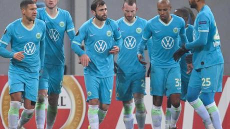Wout Weghorst (2.vl) vom VfL Wolfsburg bejubelt sein Tor zum 1:0 gegen Olexandrija mit seinen Mannschaftskollegen.