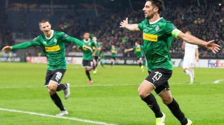 Gladbachs Lars Stindl (r) jubelt mit Stefan Lainer über den Treffer zum 1:0.
