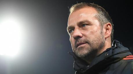 Bayern Münchens Trainer Hansi Flick trift mit seiner Mannschaft auf Bayer Leverkusen.