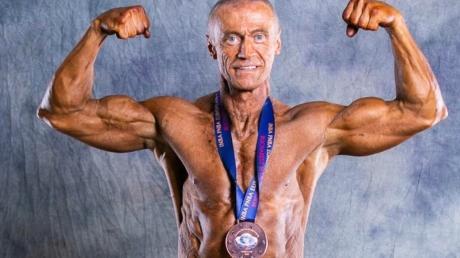 """Was für ein Körper, was für Muckis?! Walter Schmidt, der sich als """"natural Bodybuilder"""" sieht und Mitglied bei der deutschen Organisation GNBF für dopingfreien Kraftsport ist, hat schon bei zahlreichen Wettbewerben gute Platzierungen erreicht."""