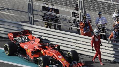 Ist beim Training in Abu Dhabi mit seinem Ferrari in die Leitplanke gefahren: Sebastian Vettel verlässt nach dem Unfall die Piste.