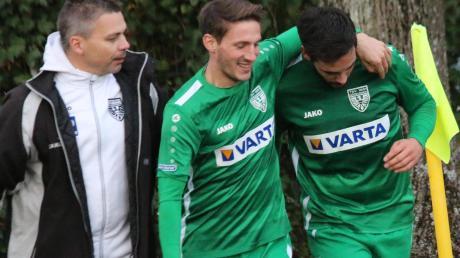 Zum ersten Mal in dieser Saison waren eingewechselte TSV-Spieler erfolgreich. Die Flanke von Patrick Michel (Mitte) köpfte in Pullach Philipp Buser (rechts) zum 1:1 ins Netz. Einer der ersten Gratulanten war Abteilungsleiter Andreas Langer.