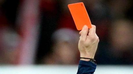 Die Innenminister der Bundesländer wollen sich mit der Gewalt im Amateurfußball beschäftigen: Ein Schiedsrichter zieht die Rote Karte.