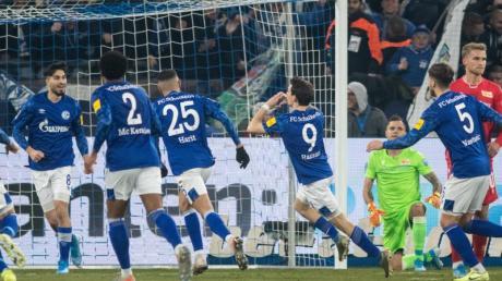 Schalkes Benito Raman (M/9) jubelt mit seinen Teamkameraden über seinen Treffer zum 1:0 gegen Union Berlin.