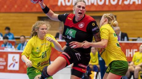 Lisa Schulze (M) kommt gegen Australiens Abwehr aus Manon Livingstone (l) und Brianna Keyes zum Wurf.