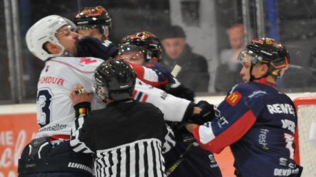 Devils-Kapitän Martin Jainz gelingt hier ein Treffer – allerdings nicht ins Tor, sondern an den Kopf eines Gegenspielers.