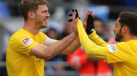 Bielefelds Fabian Klos (l) erzielte gegen Darmstadt seine Saisontore elf und zwölf.