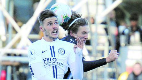 Kopfballduell zwischen Thomas Goesweiner vom SV Elversberg (links) und dem Ulmer Vinko Sapina. Ein Kopfballtor entschied das Spiel.