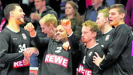 Da sage noch einer, Isaiah Briscoe fehle es an der emotionalen Bindung zu Ratiopharm Ulm. Der Amerikaner ist hier Mittelpunkt der Ulmer Spieler auf der Bank, die den sicheren Sieg in Gießen feiern.