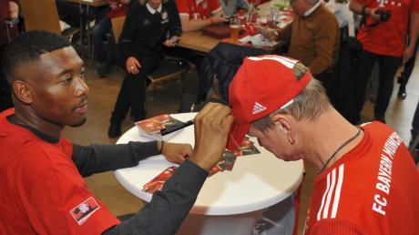 Der FC-Bayern-Fanclub Höchstädter Schlosspanther hat gestern im Kulturzentrum IBL in Lutzingen Advent mit David Alaba gefeiert. Der Starkicker musste hunderte Autogramme schreiben – auch auf T-Shirts und Kappen.