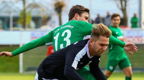 Nichts zu holen: Nicolas Ledl (vorne) verlor mit dem FC Ehekirchen beim FC Garmisch-Partenkirchen mit 0:6.