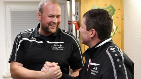 Riesig war die Freude über den Gewinn des Titels des Landkreis-Champions bei Markus Wiatrek von den Auerhahnschützen Reinhartshausen. Sein erster Gratulant war sein Vereinsvorsitzender Georg Frey.