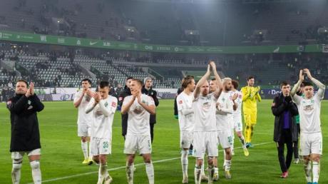 Die Spieler von Werder Bremen feiern den Sieg in Wolfsburg vor ihrer Fankurve.