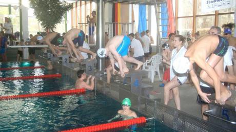 Und los: Knapp 1100 Starts fanden am Sonntag beim 47. Adventsschwimmen des TSV Neuburg im Parkbad statt. 13 Vereine nahmen teil.