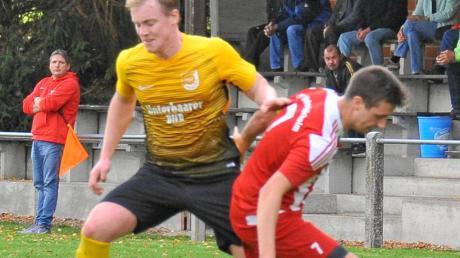 Kevin Oberschmid (links) – hier im Duell mit Unterthürheims Philipp Miller – führt mit seinem Team die Tabelle der Kreisklasse Nord II an und darf vom Aufstieg in die Kreisliga träumen.