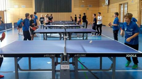 Volle Besetzung an allen Tischtennisplatten bei den Eröffnungsspielen der Doppel-Klasse bei den Jugendmeisterschaften im Tischtennis.