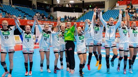 Die deutschen Handballerinnen feiern den Sieg gegen Dänemark.