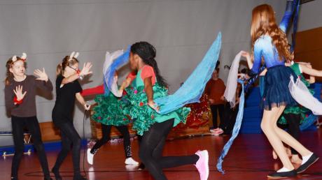 Ein schwungvolles und spannendes Musical rund um die rote Nase des Rentiers Rudolph führten die Popcorn Kids auf.