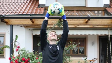 Zupacken kann Florian Hartmann: Der Inchenhofener gehört in seiner Altersklasse zu den besten Torhütern Bayerns. Der angehende Flugzeuggerätemechaniker hütet das Tor der A-Junioren des FC Stätzling.