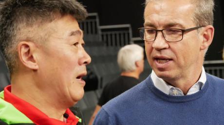 Der Terminplan sorgt für Diskussionen: TTC-Chef Florian Ebner (rechts) mit Trainer Chen Zhibin.