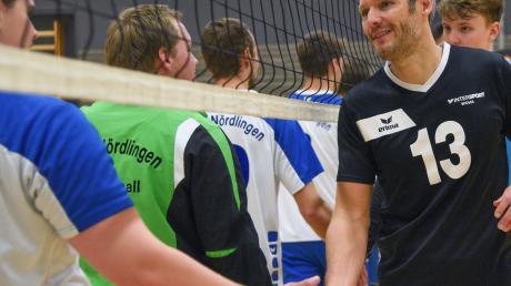 VSC-Trainer Jürgen Faber (rechts) übernahm am vergangenen Spieltag die Rolle des Liberos und trug dabei zum Doppelerfolg der Donauwörther Volleyballer bei. Nun geht es für die Mannschaft in die Winterpause.