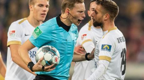 Sorgte mit einer Videobeweis-Entscheidung für Wiesbadener Ärger in Dresden: Schiedsrichter Martin Petersen.