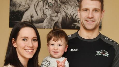 Privat darf es auch mal ein Tiger an der Wand statt eines Panthers auf dem Shirt sein: Sarah Hecken, Sohn Stephan und AEV-Verteidiger Henry Haase.