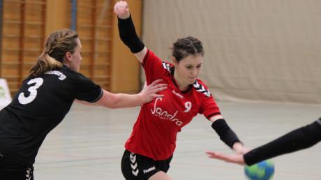 Anna Mahl (am Ball gegen Günzburg) wird den Handballerinnen des TSV Aichach im Auswärtsspiel beim TSV Göggingen fehlen. Sie hat sich am Ellenbogen verletzt und wird ebenso wenig spielen wie Lina Schrempel und Iva Vlahinic. Die Männer müssen ohne Martin Freiding nach Kissing.