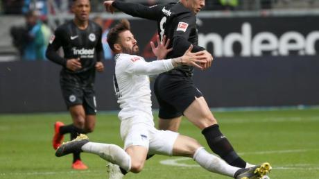 Berlins Marvin Plattenhardt (l) im Duell mit Eintracht-Spieler Luka Jovic: Am Freitag empfängt Frankfurt im Heimspiel Hertha.